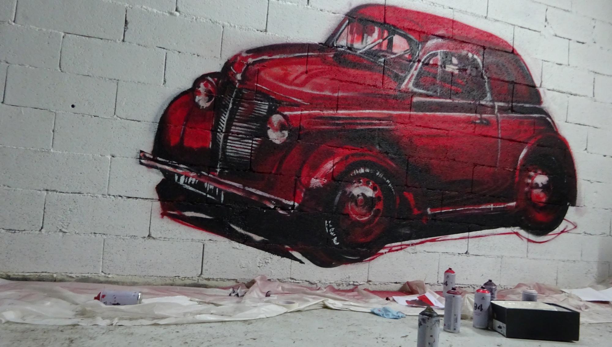 une voiture renault de collection, juvaquatre en graffiti dessiné