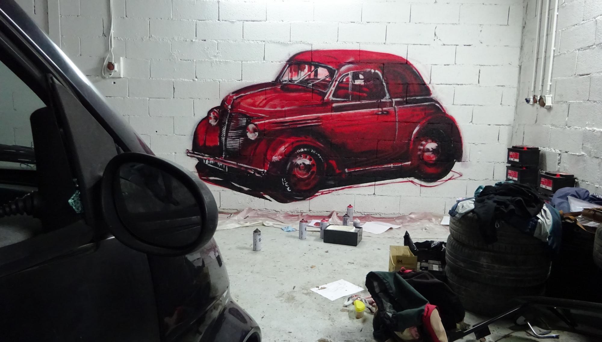 dessin grandeur nature de'd'une voiture en graffiti, peinture réalisée à Aix-en-Provence, PACA